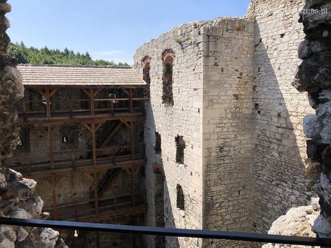 ruiny-zamku-bohaterem-serialu-wiedzmin
